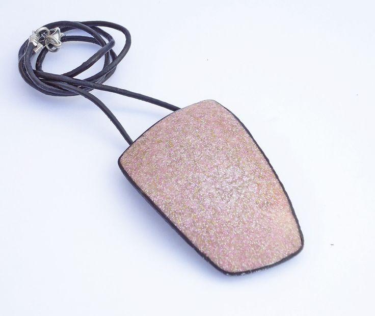 Colgante imitación granito en arcilla polimérica, colgante lila, colgantes trapecio, colgante geométrico tonos morados, colgante artesanal. de Crazycane en Etsy