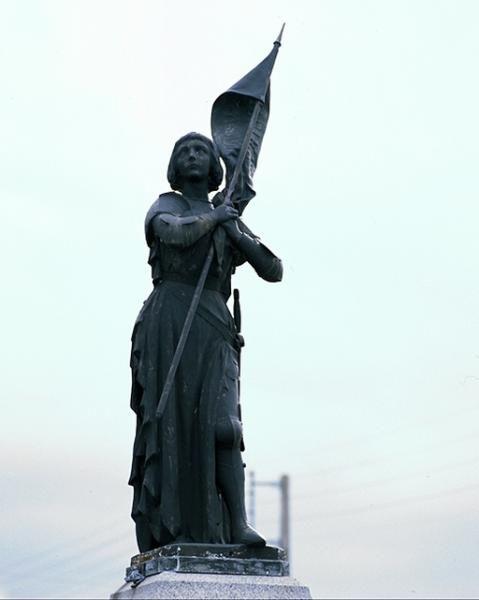 Statue de Jeanne d'Arc et monument aux morts 14-18 – La Fresnais. Bretagne