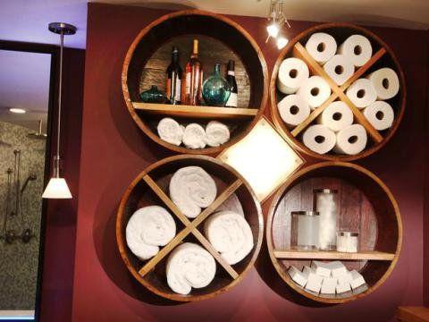 """""""Fatias"""" do barril podem ser usados como nichos e fixados na parede, como aqui neste banheiro. Do Top Dreamer."""