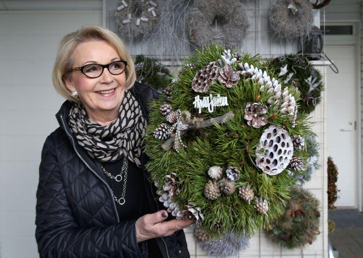 Marja-Liisa Määtän kotia koristavat itse tehty lasitaide ja kranssit