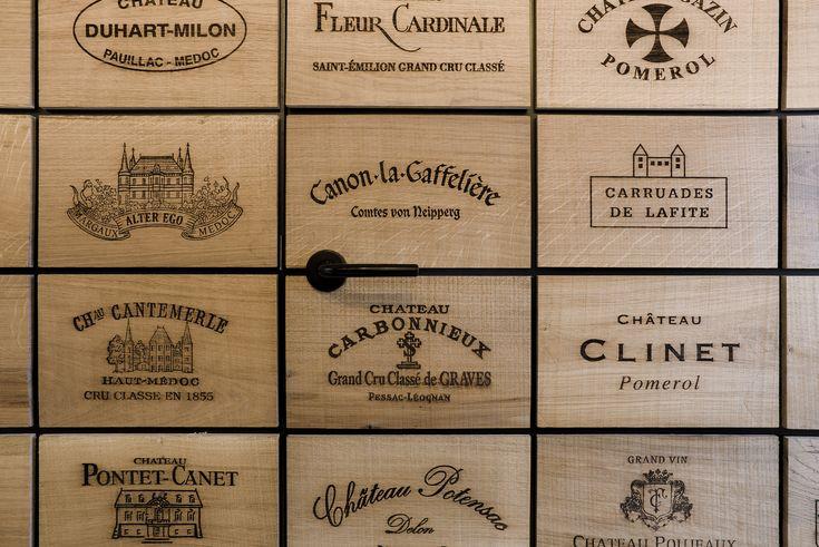 De wanden zijn bekleed met 2.100 eikenhouten panelen waarin logo's van bekende wijnhuizen zijn gelaserd.