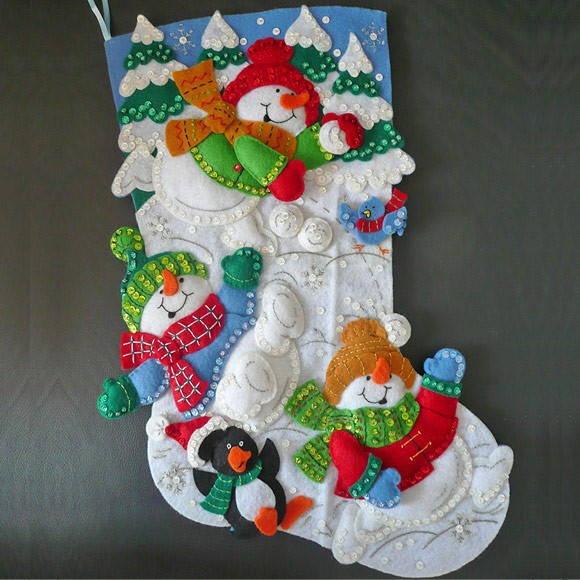 Bota de Natal toda feita em Feltro com forro, bordada à mão, cheia de paetês e muito brilho! Acabamento de alta qualidade! Permite pendurar e colocar um presente dentro. Acompanha uma linda bolsa para você guardar a sua bota! Disponível para pronta entrega! R$95,00