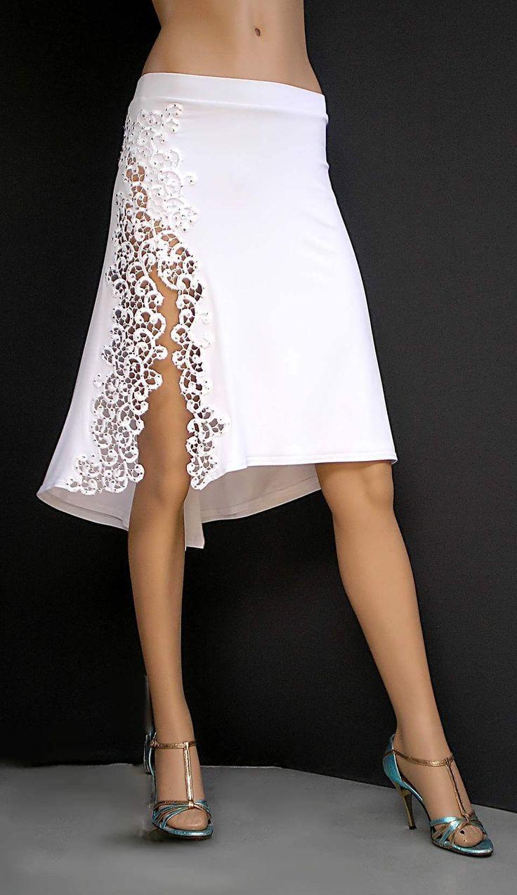 Esta es una falda que se lleva a fiestas o bailes. Es blanca con cortadas de decenio al lado. Es una falda que se lleva al tango como en Argentina.