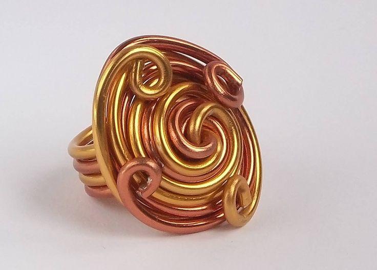 """Anello """"Sole"""" realizzato handmade su misura in filo di alluminio rame e oro. Altre creazioni su www.lecreazionidimarozia.tk."""