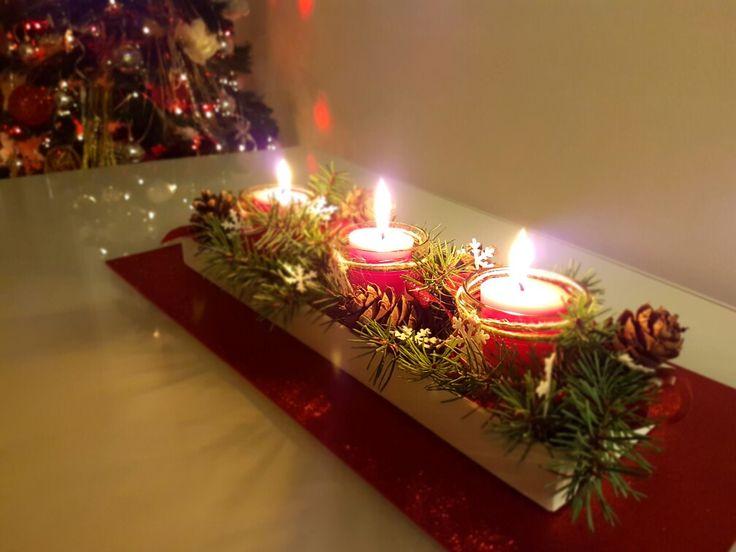 centrotavola natalizio creato con base in legno dipinta; barattoli riciclati, candele profumate, rametti di abete e pigne con una spruzzata di fiocchi di neve!!