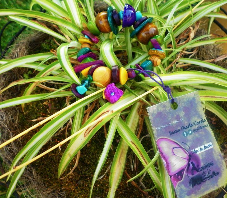 Pulsera en bolas de madera,tagua ,coco,bombona,cristal de murano,puka ,piedras  semipreciosas(turquesa y amatista) Diseño original Diana Maria Varela para Taller de Diseño Atavíos de la Mussa. Whatsapp/ 3117882913, Armenia Quindío.
