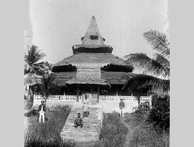 masjid tobelo  Masjid lama di wilayah Tobelo, Maluku Utara. Foto antara tahun 1900-1940 koleksi Tropenmuseum.