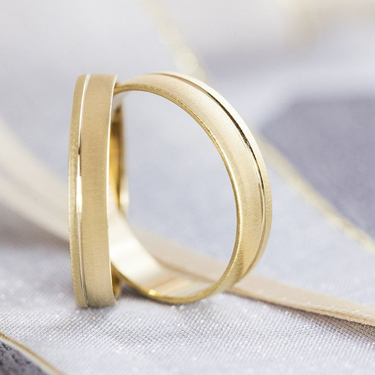 A partir de entonces el día más feliz de tu vida serán todos los que vienen después. Elige en Argyor las alianzas de boda que consolidarán vuestro amor.