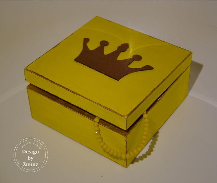 Šperkovnice+pro+malé+princezny+-+žlutá+Krásná+žlutá+šperkovnice+pro+malé+princezny+na+jejich+poklady.+Přebroušená+a+lakovaná+matným+bezbarvým+lakem.+Vnitřní+a+spodní+část+krabičky+je+ponechána+v+přírodním+odstínu.+Ideální+v+kombinaci+se+závěsem+na+kliku+pro+malé+princezny.+:)+(ten+je+možno+objednat+zvlášť)+V+případě+zájmu+můžu+na+krabičku+dopsat+i+jméno...