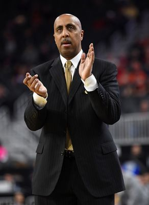 Mar 8, 2017: Washington Huskies head coach Lorenzo Romar applauds during a Pac-12 Conference Tournament game against the USC Trojans at T-Mobile Arena.(Photo: Stephen R. Sylvanie/USA TODAY Sports)     Not long after the Washington Huskies fired Lorenzo Romar, his phone rang. It was Sean...  http://usa.swengen.com/how-arizonas-sean-miller-won-lorenzo-romar-over/