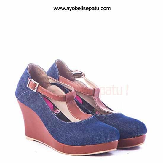 Brand by Gareu  Sepatu ini termasuk dalam jenis sepatu wedges. Didesain dengan model elegant dan bahan denim. Cocok untuk dipakai ke pesta atau menemani aktifitasmu ladies. Selengkapnya bisa dibaca pada deskripsi produk.
