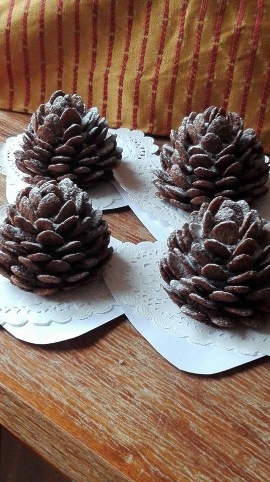 Recept: kokuszgolyo alap, kúpot formázunk és csokisgabonapelyhet szurkálunk bele, ha kész a toboz forma akkor meghintjük porcukorral mintha havas lenne.