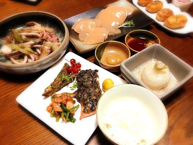 やっとごはん。 今日もまとまり無い献立(^◇^;) - 69件のもぐもぐ - イカのネギ塩炒め、刺身こんにゃく、鮭の胡麻味噌焼き、カブの葉のキムチ和え、フライドポテト青じそ味、うずらのカレーマリネ、カブ丸ごと煮タラコあんかけ、おから豆腐の揚げ焼き by mi1002