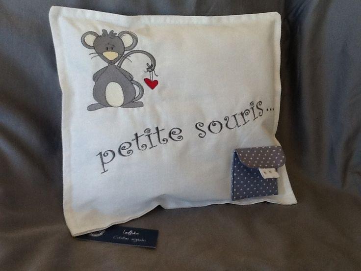 """coussin brodé """"pour le passage de la petite souris"""" : Chambre d'enfant, de bébé par lesfilsdisa"""