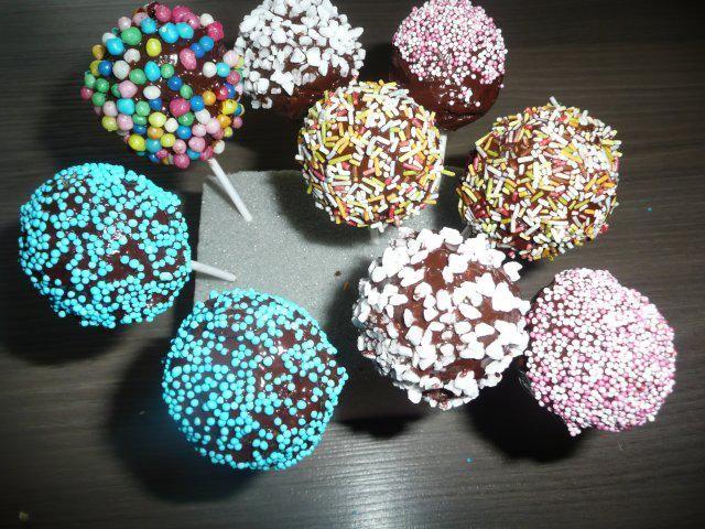 Das perfekte Cake Pops ! 20 Stück-Rezept mit Bild und einfacher Schritt-für-Schritt-Anleitung: Butter, Zucker, Vanillezucker + Aroma schaumig schlagen.