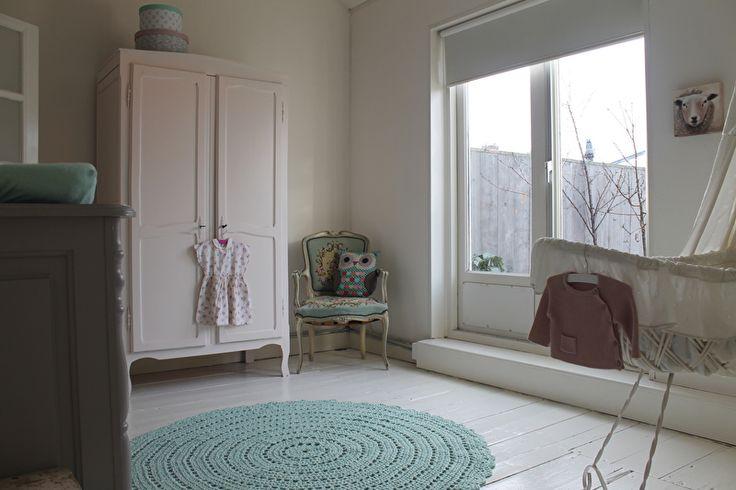 Maak de vloer maar vrij voor dit gehaakte vloerkleed in de kleur Early Dew! Dit vloerkleed kan in elk gewenst formaat worden gemaakt en is te bestellen op www.poefenzo.nl