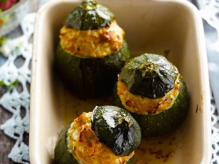 Découvrez la recette Courgettes rondes farcies à la dinde hachée sur cuisineactuelle.fr.