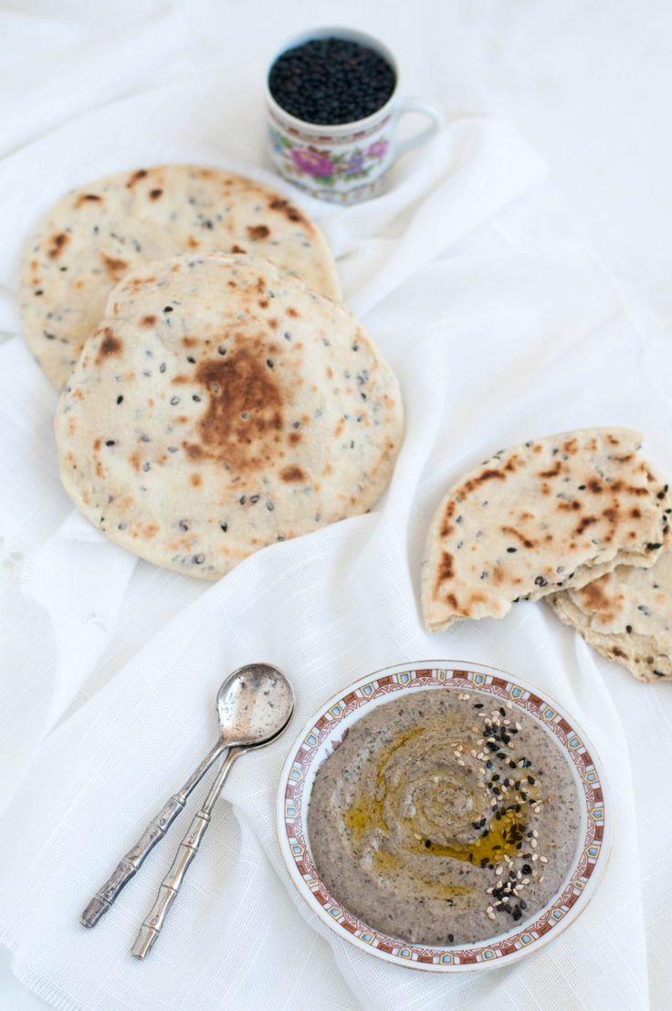Hummus di lenticchie con pane azzimo al sesamo nero