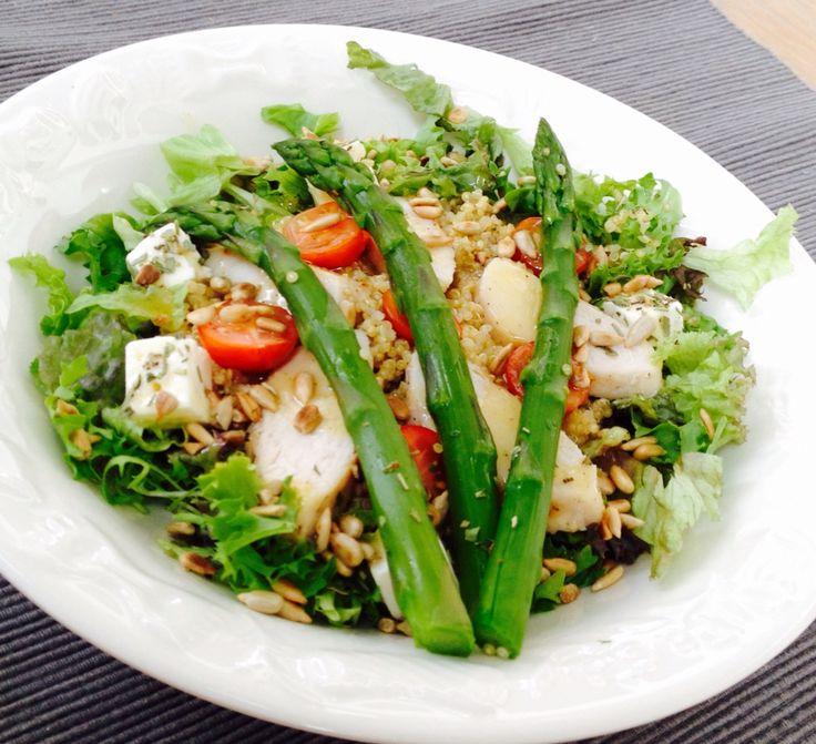 Super heerlijke quinoa salade met gegrilde kip, feta, groene asperges, geroosterde zonnebloempitten, cherrytomaatjes uit eigen tuin en een honing-citroen-olijfolie-dressing!