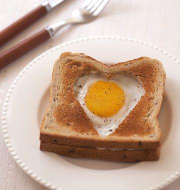 Pour un brunch en amoureux ou pour la Saint-Valentin, voici un croque-monsieur original en forme de coeur, garni de jambon et d'un oeuf au plat.