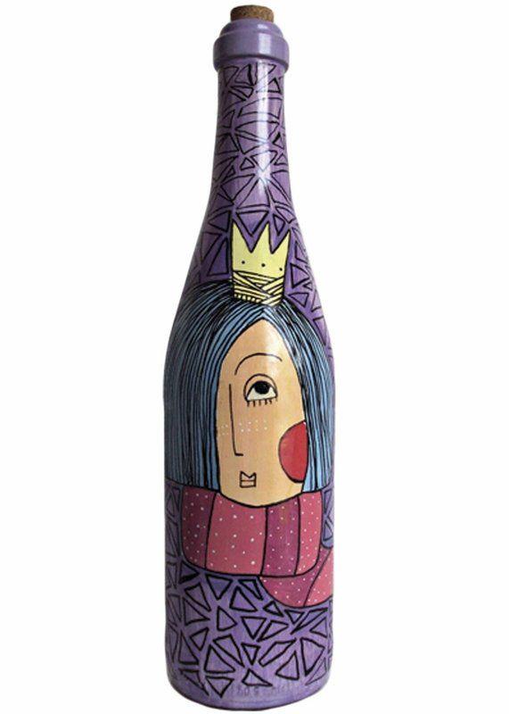 Garrafa de vidro pintada a mão com tinta spray e acrílica. Além de acabamento em verniz a peça possui ilustrações com caneta Posca.
