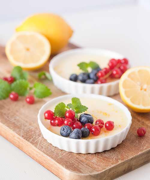 Ett väldigt enkelt sätt att göra pannacotta är att använda gelésocker istället för gelatin. På så sätt går blir den underbara desserten dessutom vegetarisk. Bara en sådan sak! Den här ljuvliga lilla saken gör jag med vanilj och citron. Det tycker jag att du också ska göra.Citronpannacotta