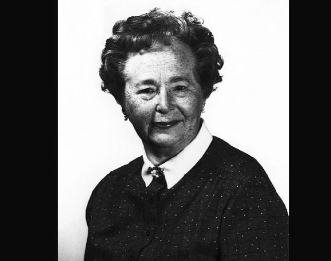 Gertrude B. Elion (Estados Unidos, 23 de enero de 1918-Estados Unidos, 21 de febrero de 1999), premio Nobel de Medicina en 1988. La bioquímica y farmacóloga norteamericana no pudo acceder a un puesto de investigadora ya que estos trabajos eran escasos y estaban reservados para los hombres. Elion desarrolló multitud de fármacos a lo largo de su carrera, motivada fundamentalmente por la muerte de su abuelo, que padecía cáncer, cuando ella tenía 15 años.