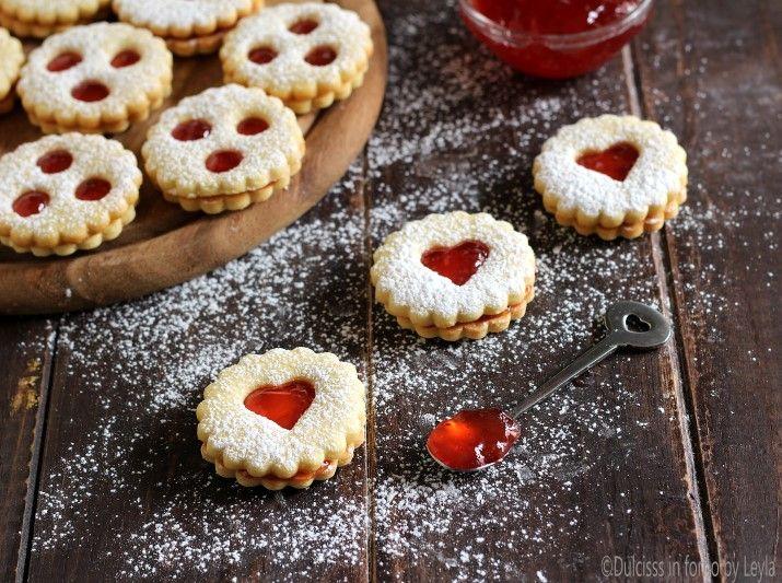 La ricetta degli Spitzbuben, i classici biscotti della pasticceria Natalizia dell'Alto Adige. Deliziosi biscotti di pasta frolla con un velo di marmellata.