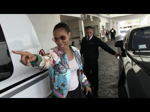 Jada Pinkett Smith Tells off Paparazzi for scratching her Rolls Royce