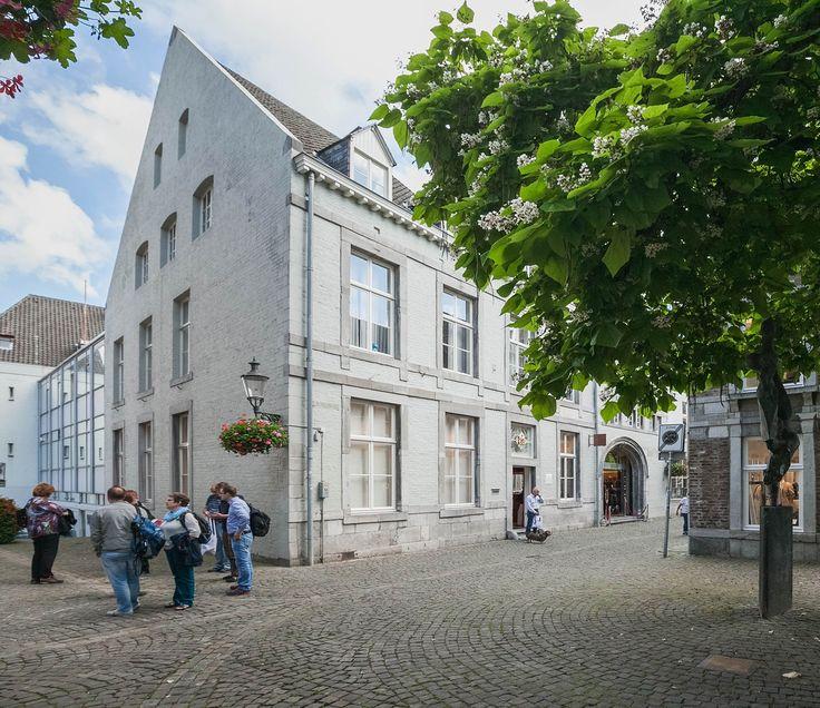 Eksterstraat 1C Maastricht. Op een unieke locatie in het zeer geliefde Stokstraatkwartier is dit riante appartement (2010) gelegen. Dit betreft het appartement op de 2e en 3e verdieping met een riante zolder daarboven en privéberging in het souterrain. Het appartement is voorzien van 2 royale slaapkamers, waarvan 1 met aangrenzende dressroom, een royale en lichte woonkamer met daarboven een open study, en een fraaie woonkeuken. De moderne badkamer is voorzien van een ligbad, douche en 2e…