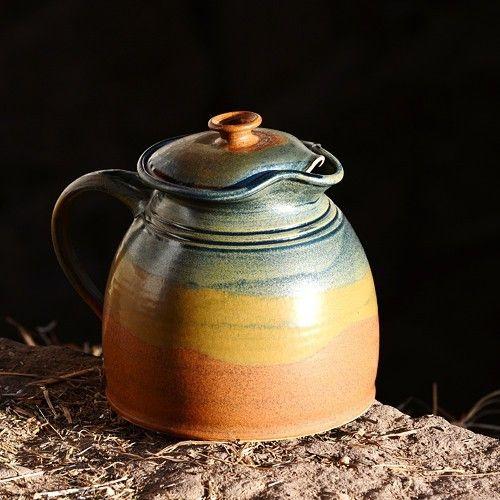Džbánek s pokličkou Smetánek 2l - Nebe, peklo, ráj Kameninový, ručně točený džbánek s pokličkou Smetánek je určen k uchovávání domácí smetany v ledničce. Proti pachů slouží poklička. Jeho upotřebení v kuchyni je ale velmi široké...konvička na čaj, džbánek na vodu, na mléko, na víno, na smetanu, na ...  objem: cca 2 l  výška: cca 16 cm výška s pokličkou: cca 19 cm průměr nahoře: cca 10,5 cm průměr dole: cca 15,5 cm  páleno 1250 °C  vhodné do myčky i mikrovlnné trouby