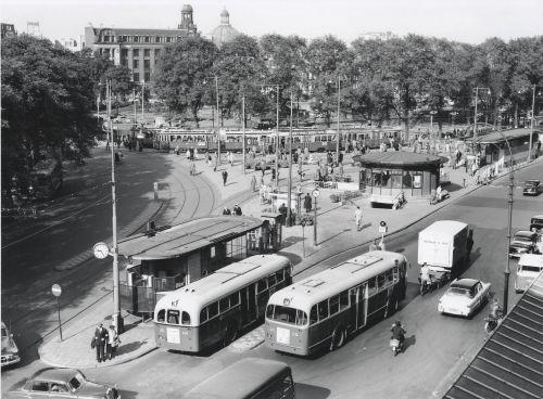 Stationsplein rond 1950, voor het ronde huisje de toegang vanuit het Stationsplein naar de Cuypershal