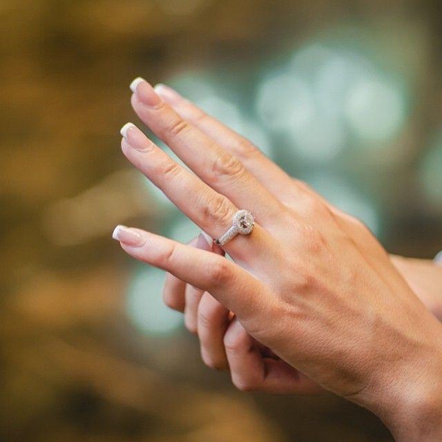 Momentul acela în care ai așezat inelul pe deget și ai știut că da, acesta este începutul unui nou capitol în povestea voastră de iubire.|#bijuterii #sabion #romania #live #love #life #jeweley #jewelrylover|Bijuterii cu suflet manufacturate în România.|