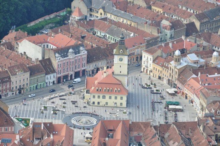 På vores jagt efter Østeuropæiske juveler har vi endnu engang fundet en: Transylvanien!Gamle befæstede byer med smukt restaurerede huse, landlig idyl med høstakke og hestevogne samt utrolig flinke mennesker, der på en blanding af rumænsk og engelsk hele tiden forsøger at hjælpe os så godt de kan. Vi begyndte vores tur rundt i Transylvanien i skønne Brasov, en gammel by …