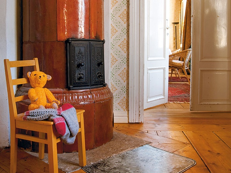 Kakluuni ja ihana lattia vanhassa talossa. Old oven and lovely floor in a old house in Loviisa. Meidän Talo -lehti.