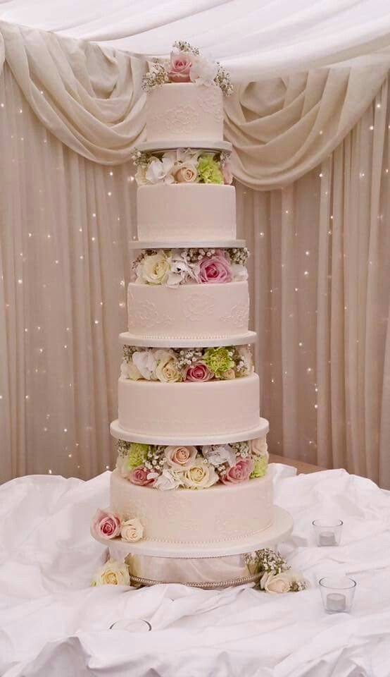 The cakes are just getting taller!!!!!! Back in one of my favourite places on Thursday---  Castle Leslie ☺️. Thank you once again Dessie for your floral embellishment