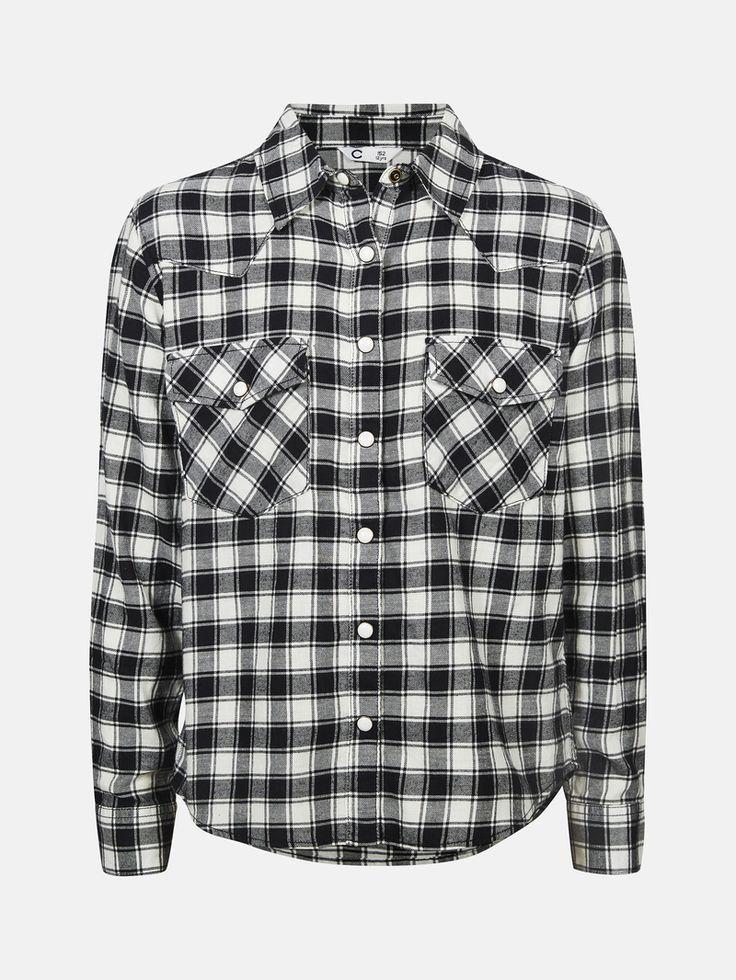 Rutig flanellskjorta med tryckknappar fram, på ärmarna och på bröstfickorna. Svart