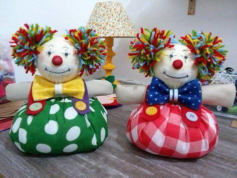 Peso de porta Palhaço,também muito usado para enfeitar centro de mesa de festa infantil. Confeccionado em tecido de várias cores e estampas cabelinho de lã,base de areia e enchimento acrílico.