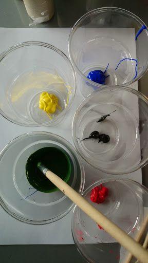 DIY - knutselen - Olympische Spelen - Olympic Games - de ringen met verf. Gebruik plastic bekertjes als bakje voor de verschillende kleuren verf