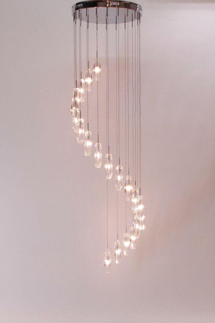 lampen Schitterende verlichting in een grote hal of vide Videlamp met helder kristal glas hanglamp