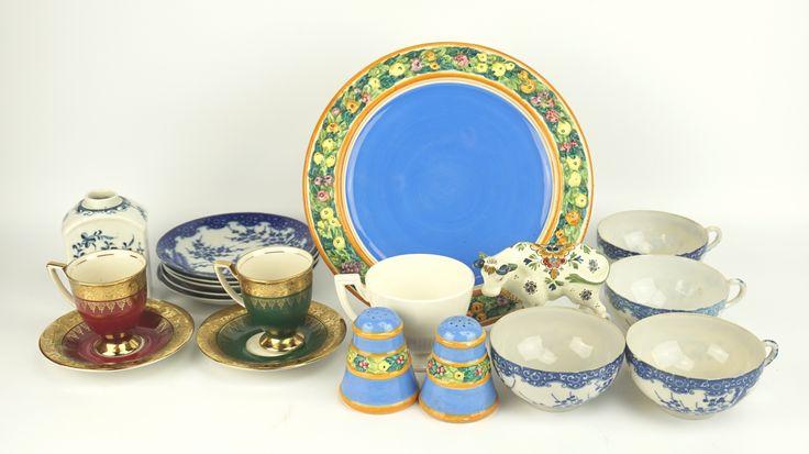 Een kavel divers aardewerk en porselein, w.o. Worcester theebus, 4 Japanse kopjes en 5 schotels, een paar deels vergulde kop en schotels, koetje van de Porceleyne Fles