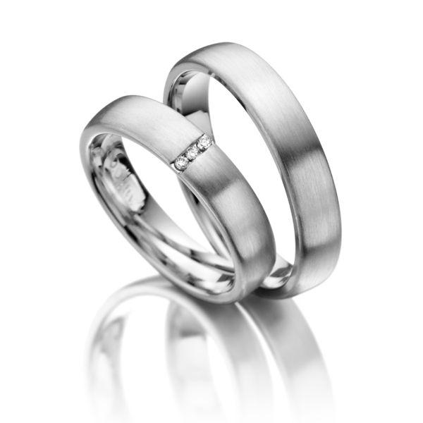 Trauringe 123gold Classic Line - Legierung: Weißgold 585/- Breite: 4,50 - Höhe: 1,40 - Steinbesatz: 3 Brillanten zus. 0,03 ct. tw, si (Ring 1 mit Steinbesatz, Ring 2 ohne Steinbesatz). Alle Ringe sind individuell nach Ihren Wünschen konfigurierbar.