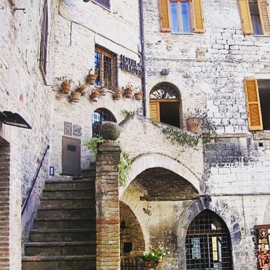 🇮🇹One of the hotels of Assisi 🇮🇹 #melbournelifelovetravel #laneway #assisi #umbria #streets #history #beautiful #picturesque #visititalia #visitassisi #architecture #albergo #hotel #stairs #shutters #windows