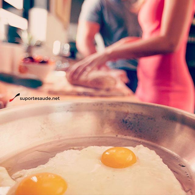 Ovo: mocinho ou vilão?  Por muitos anos o ovo foi o nosso maior vilão e o seu consumo deveria ser  restrito. Hoje alguns estudos mostram que ele é uma ótima fonte de proteína, é de fácil acesso e baixo custo. Sabemos que a gema é basicamente colesterol, porém não é prejudicial à saúde quando consumida com moderação. Alguns cuidados devem ser tomados: o seu armazenamento deve ser dentro da geladeira e não na porta; o  consumo deve ser por omelete, cozido ou mexido e deve-se evitar o consumo…