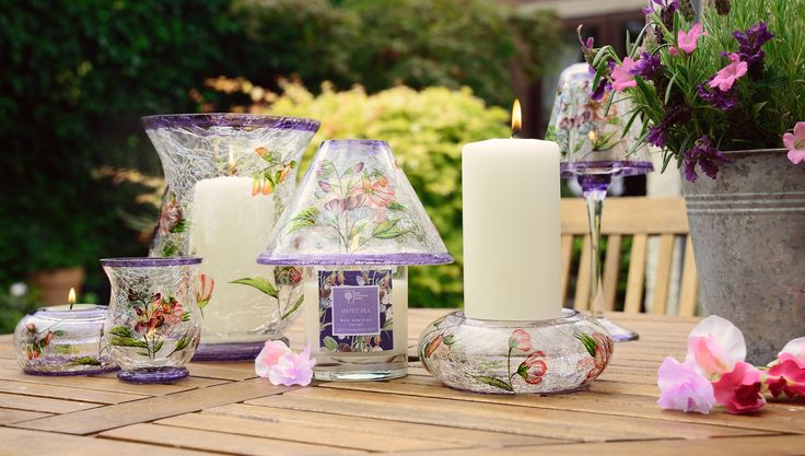 The RHS Sweet Pea fragrance is really gorgeous. Topped off with the matching Sweet Pea crackle glass design (also available in blue) makes this perfect for any garden party, BBQ or dinner party #homefragrance #rhs #sweetpea #homedecor #rhs