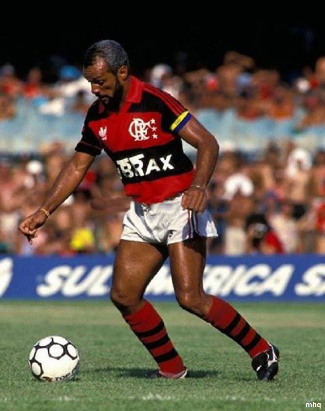 """Júnior, o """"vovô garoto"""", foi o atleta que mais vezes jogou com a camisa do Flamengo: 872 jogos, que mais venceu jogos com o manto: 504 vitórias. Junior foi o atleta que mais jogou no Maracanã com 409 partidas. O maestro do Penta foi o atleta que mais jogou o """"Carioca"""" e Junior é o atleta com mais títulos na história do clube, ao lado de Zico - Arthur Antunes Coimbra: 42 títulos Junior atuou como lateral, zagueiro e volante."""