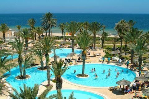 Houda Golf&Beach Club  Description: Ligging: Het hotel ligt direct aan het zandstrand. Zowel de plaatsen Monastir als Sousse liggen op 10 km afstand. Het hotel ligt aan een 18-holes golfbaan. Faciliteiten: Houda Golf & Beach Club heeft 516 kamers en beschikt over een 24-uurs receptie en een lobby met zitjes. Heerlijke maaltijden kunt u nuttigen in het buffetrestaurant of de à-la-carterestaurants (Italiaans en Tunesisch). Voor een drankje kunt u terecht bij diverse bars. In de tuin liggen 2…
