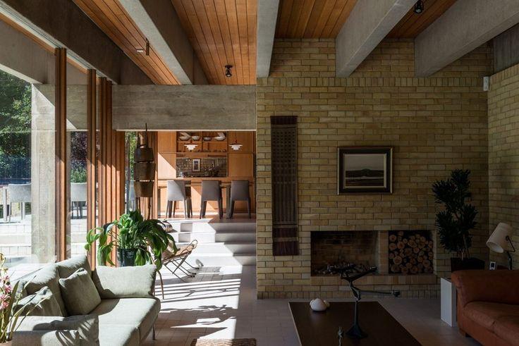 #mulpix Madeira, tijolos, concreto aparente nesta  #casa assinada pelo  #arquiteto dinamarquês Jørn Utzon, mundialmente conhecido pelo projeto da Sydney Opera House. O pé direito duplo tem vidro de fora a fora, trazendo os jardins para o interior.   #projetoresidencial  #arquitetura  #architectur  #architecture