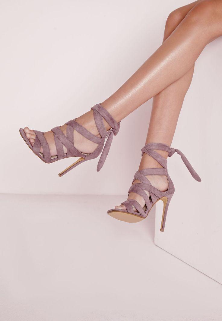 On est totalement in love de ces sandales à talon mauve. Commencez la saison du bon pied et mettez vite la main sur (et les pieds dans) ces sandales en suédine mauve vraiment canons. Portez-les avec une robe mi-longue et une pochette asso...