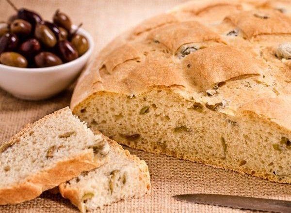 Il pane alle olive è un pane morbido arricchito da olive verdi tagliate a pezzetti che lo rendono appetitoso anche consumato da solo. Il pane alle olive è un'alternativa gustosa al pane bianco classico e si sposa bene con i tradizionali taglieri di salumi e formaggi oppure con ricche insalate miste per creare un equilibrio tra gusto e calorie.